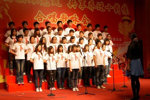 随后来自十个学院的十支合唱队陆续登场,每一支参赛队伍从队形编排到图片